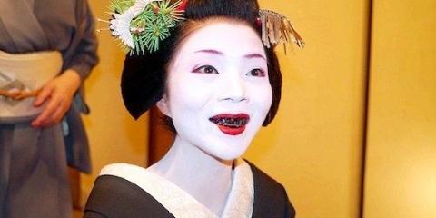 До початку 20-го століття японські аристократи фарбували зуби в чорний колір